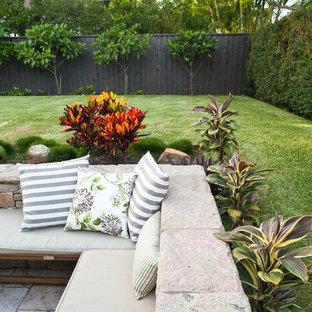 На фото: большой участок и сад на заднем дворе в морском стиле с