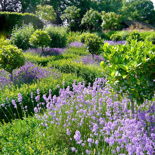 Inspiration for a large farmhouse full sun backyard stone landscaping in Oxfordshire for summer.