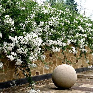 Modelo de jardín campestre con adoquines de piedra natural