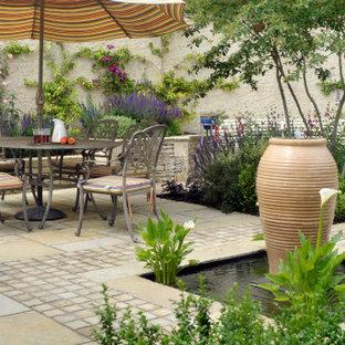 Источник вдохновения для домашнего уюта: маленький геометрический участок и сад на внутреннем дворе в стиле кантри с водопадом и покрытием из каменной брусчатки