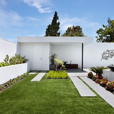 Photo of a mid-sized contemporary full sun backyard water fountain landscape in Melbourne.
