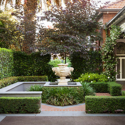 Design ideas for a mid-sized traditional front yard water fountain landscape in Melbourne.