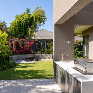 Geometrischer, Kleiner Moderner Garten im Sommer, hinter dem Haus mit Kamin, direkter Sonneneinstrahlung und Natursteinplatten in Perth