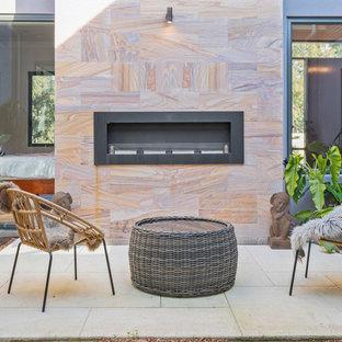 Halbschattiges Garten im Innenhof im Winter mit Kamin und Natursteinplatten in Perth