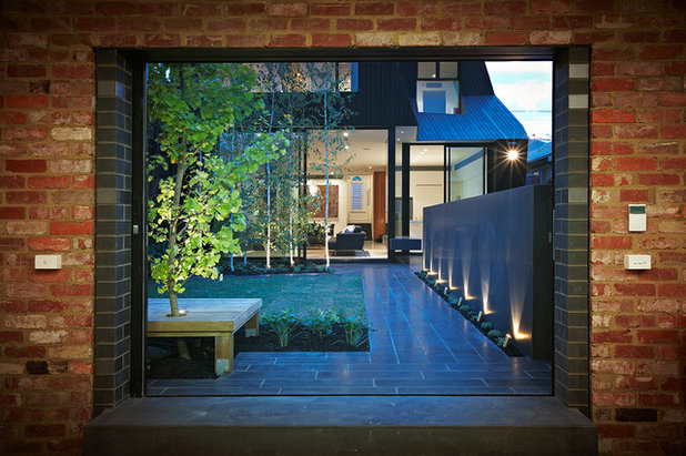 Contemporary Garden by DDB Design Development & Building