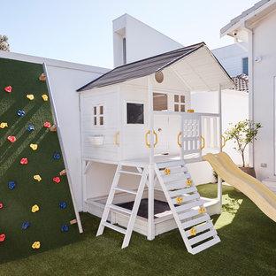 Пример оригинального дизайна: большой летний участок и сад на заднем дворе в морском стиле с детским городком