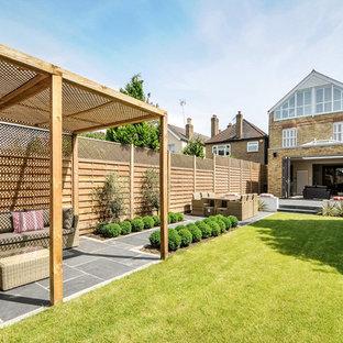 Свежая идея для дизайна: участок и сад на заднем дворе в стиле современная классика с полуденной тенью - отличное фото интерьера