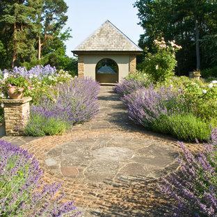 Foto de jardín francés, tradicional, grande, en verano, en patio trasero, con exposición total al sol y adoquines de piedra natural