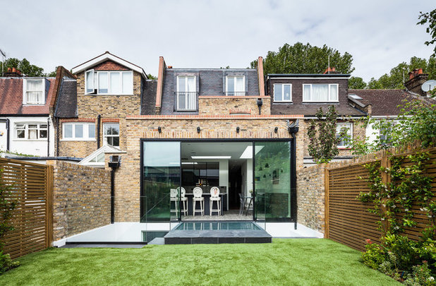 Contemporary Garden by EMR Architecture