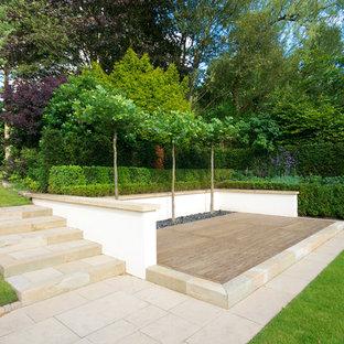 Inspiration pour un jardin avec une terrasse en bois ou composite design.