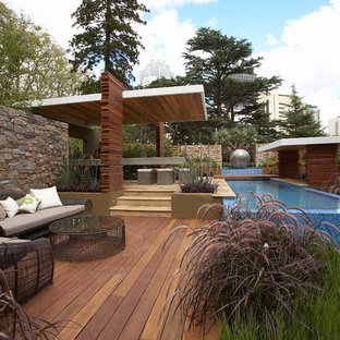 This is an example of a mid-sized contemporary backyard garden in Melbourne with a water feature.