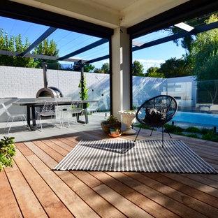 Mittelgroßer, Halbschattiger Moderner Garten im Herbst, hinter dem Haus mit Dielen und Kamin in Perth