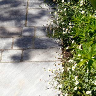Geometrischer, Kleiner, Halbschattiger Stilmix Garten im Sommer, hinter dem Haus mit Kamin und Natursteinplatten in Kent