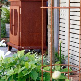 Geometrische, Kleine, Halbschattige Eklektische Gartenkamin im Sommer, hinter dem Haus mit Natursteinplatten in Kent