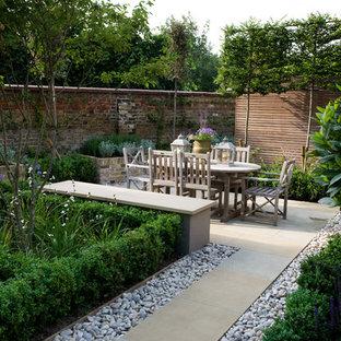 Geometrischer, Kleiner Stilmix Garten hinter dem Haus mit Wasserspiel und Natursteinplatten in London