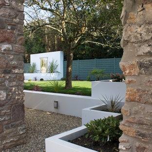 Foto på en stor funkis trädgård, med en fontän