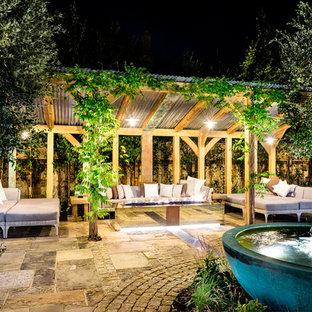 Geometrisches, Großes Country Garten im Innenhof im Sommer mit direkter Sonneneinstrahlung, Natursteinplatten und Wasserspiel in Sussex