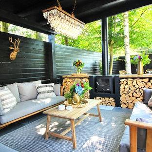 Idée de décoration pour un jardin avec une terrasse en bois ou composite bohème de taille moyenne.
