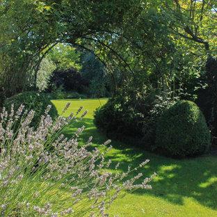 Ejemplo de camino de jardín francés, clásico, en primavera, con exposición parcial al sol