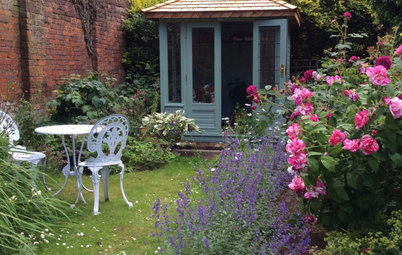 18 Magical Lawned Gardens Where Planting Takes Centre Stage