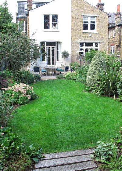 A Curvy Lawn and All-Season Plants Soften a Rectangular Yard