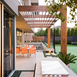 Large contemporary backyard partial sun outdoor sport court in Melbourne.