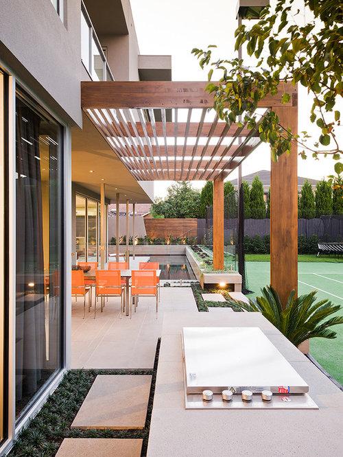 Großer, Halbschattiger Moderner Garten Hinter Dem Haus Mit Sportplatz In  Melbourne