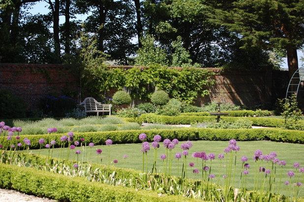 Traditional Garden by Lizzie Tulip Garden Design
