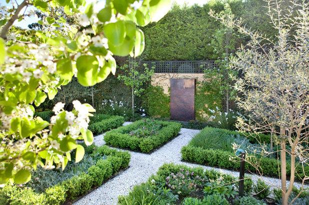 Traditional Garden by Ian Barker Gardens