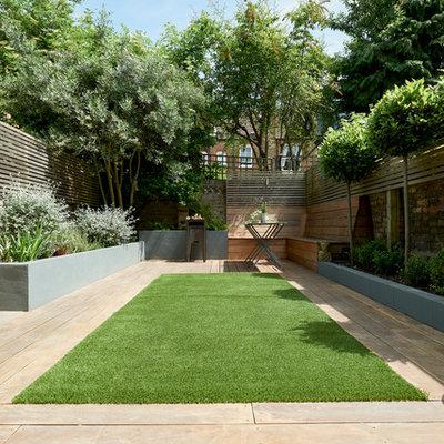 Design ideas for a contemporary partial sun backyard gravel landscaping in London.