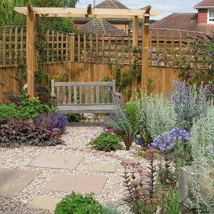 Пример оригинального дизайна интерьера: маленький солнечный, летний засухоустойчивый сад на заднем дворе в средиземноморском стиле с освещенностью и покрытием из гравием