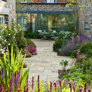 Foto de camino de jardín de estilo de casa de campo, grande, en verano, en patio trasero, con exposición total al sol y adoquines de piedra natural