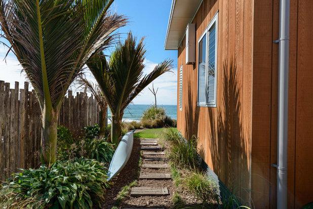 Beach Style Garden by Will Tatton Architecture