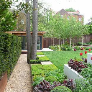 Exemple d'un grand jardin arrière tendance avec une exposition partiellement ombragée et du gravier.