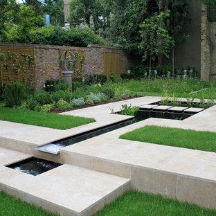 ロンドンのコンテンポラリースタイルのおしゃれな噴水のある庭 (半日向、天然石敷き) の写真