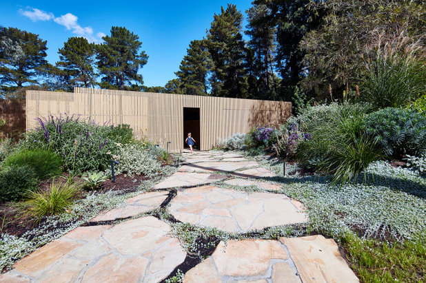 Contemporary Garden by Warc Studio Architects