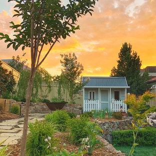 Idee per un giardino classico esposto in pieno sole di medie dimensioni e dietro casa in inverno con uno spazio giochi e pavimentazioni in pietra naturale