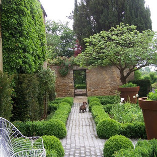 Inspiration for a farmhouse landscaping in London.