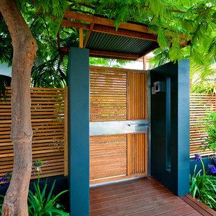 Стильный дизайн: маленькая садовые дорожки и калитки на переднем дворе в современном стиле с настилом - последний тренд