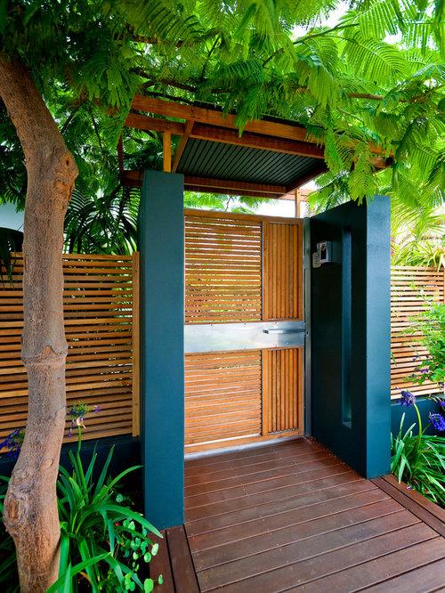 Jardin avec une terrasse en bois ou composite contemporain Entree de jardin