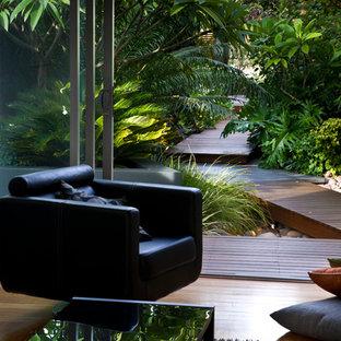 Inspiration för små moderna trädgårdar framför huset, med en fontän och trädäck