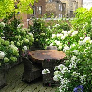 Esempio di un giardino minimal esposto in pieno sole sul tetto in estate