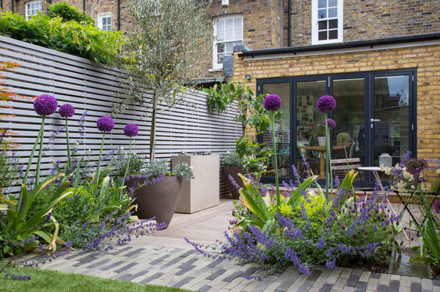 Contemporary Garden by The Association of Professional Landscapers