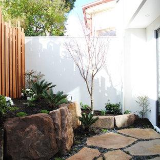 メルボルンの小さいコンテンポラリースタイルのおしゃれな庭 (半日向、天然石敷き) の写真