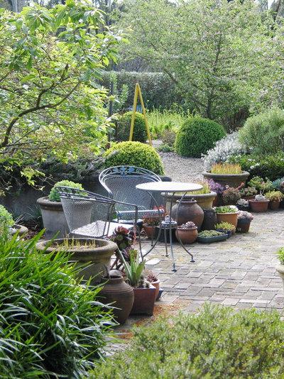 トラディショナル 庭 by Arthur Lathouris Garden Designer