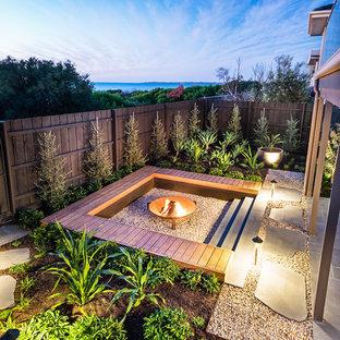 Ispirazione per un giardino costiero esposto in pieno sole di medie dimensioni e dietro casa in inverno con un focolare e ghiaia