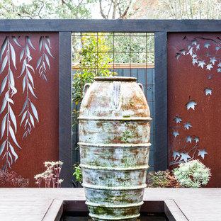 Diseño de jardín actual, grande, en invierno, en patio trasero, con exposición total al sol y entablado