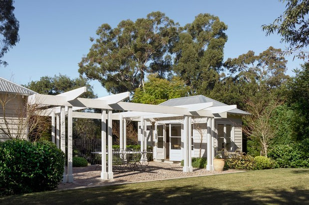 Traditional Garden by Michael Bell Architects Pty Ltd