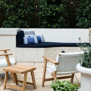 Geometrisches, Kleines Klassisches Garten im Innenhof im Winter mit Kamin, direkter Sonneneinstrahlung und Natursteinplatten in Sydney