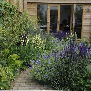 Kleiner, Halbschattiger Moderner Garten hinter dem Haus mit Pflasterklinker in London
